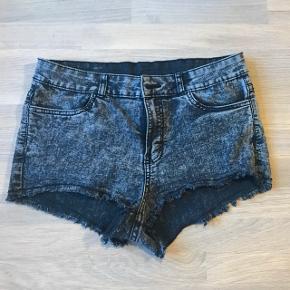 Lækre denim shorts. Korte på den fede måde! Jeg havde sorte nylonstrømper på inden under!