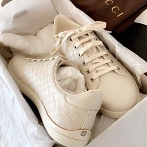 Gucci sneakers  Været i brug max 5 gange (mini fold på snuden kan ses på billede) Alt er i ægte læder, i farven creme Alt haves dertil (inkl kvittering)  Købspris 4700,- Mp 1400,-