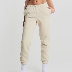 Basic sweatpants fra gina tricot Størrelse small  Virkelig lækre at have på Sælger også trøjen