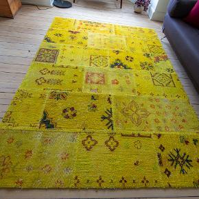 Flot tæppe fra Missioni købt hos Invard Christensen nypris 11000.  Mål 174-247 Tæppet beses og afhentes i Køge