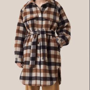 Super smuk og rummelig vinter frakke i lækker uld med binde bælte. I de smukkeste brune toner. Stadig ny og med prismærke😊 passer både en str 38-40. Der står str 38 i den, men syntes meget store str. jeg er str 40 og passer den perfekt 👍 spar 1000kr på denne og du er perfekt klædt til efteråret, hvor tern fortsætter 🌞