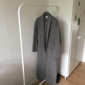 Lækker grå frakke fra weekday, str xs Np: 700 kr Byd :)