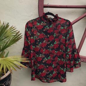 Smuk rose mønstret bluse med store ærmer