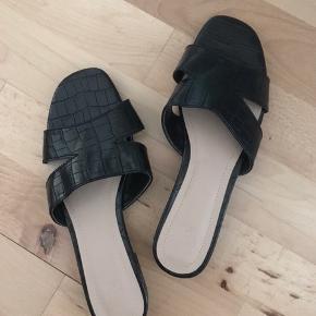 Fine sandaler med slangeprint og en lille hæl. Str 37 aldrig brugt.