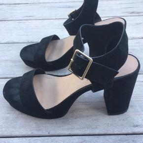 8d3de74b Flotte plateau sandaler fra ASOS i sort ruskind. Størrelse 39. Hælen måler  9 cm