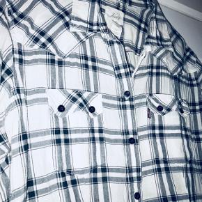 Levis ternet skjorte i lækker blød kvalitet.   📬 Køber betaler for forsendelse 📬