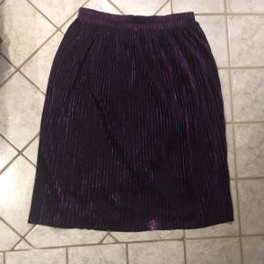 Flot lilla plisseret nederdel fra Monki. Str m. Aldrig brugt. Flot til julefrokoster og nytår
