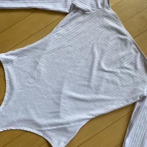 Bodystocking i hvid fra NELLY.  Sælges for 85,-