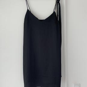 Simpel stropkjole, med bindebånd til taljen.