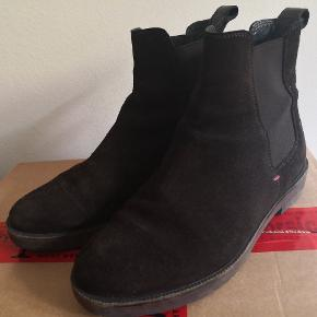 Suede Tommy Hilfiger chelsea boots. Dark brown colours, still in great condition