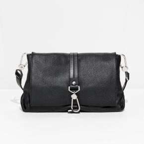 Sort taske fra & Other stories. Købt i sommers og ikke brugt ret meget. Ny pris var 1120 kr.