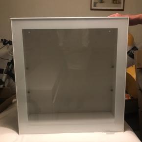 Hvidt skab med vitrinelåge 64x60x24 Kan kun afhentes Der følger en glas hylde med (Jeg har 2 stk. for 800kr.)