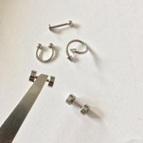 Helt nye piercinger til helix, tragus, conch osv.  Disse piercinger er ALDRIG brugt.  Hver piercing koster 150kr, og de kostede 350 hver. De er lavet af surgical steel.