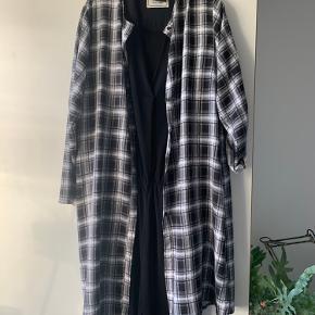 Flot og højaktuel tunika/kjole/skjorte. Flot sort/ hvid tern - 100 % viscose. Netop kommet i butikkerne - aldrig brugt.