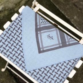 Smukt tørklæde fra Lala Berlin 💙   Farven hedder vist Grey Sereno (det står ikke på prismærket)   Mål: 115 x 115 x 162