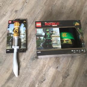 Ny Lego Ninjago udklædningsdragt str 7-8år. lLOYD med nyt svær. Købt for 520kr. Kan hentes i Esbjerg. Der er bluse, bukser, maske samt hænder i æsken og så sværet ved siden af