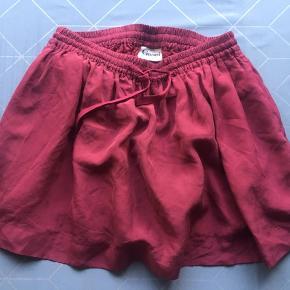 Jeg sælge denne fine nederdel fra Ganni. Den har været brugt lidt men er i rigtig fin stand.  Kan også afhentes på Østerbro :-)