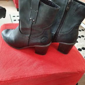Fine støvler fra Marco Tozzi str 40 Sælges Jeg tror aldrig de har været brugt.