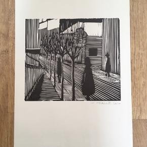 Linoleumssnit af Freddy Halle  Signeret i bly: HALLE 65  Størrelse: B: 26 cm.  H: 38 cm.   Sender gerne...  Biografi: Freddy Halle var medstifter af gruppen Zygo, der stod bag flere eksperimentaludstillinger sidst i 1960erne og først i 70erne. H. har især gjort sig gældende med malerier i en surrealistisk stil, der kan give mindelser om den franske kunstner René Magritte, og som har menneskekroppen som et hyppigt anvendt motiv. Undertiden rummer malerierne en collageagtig sammenstilling af forskelligartede elementer, der ikke synes at tilhøre samme billedrum, som f. eks. i billedserien Drømmebilleder fra 1972-73. I de tidligste år udførte H. en del grafiske arbejder, men senere begyndte han at sammenkoble forskellige teknikker, hvilket i 1972 førte til en serie selvportrætter, der var en blanding af fotografi og grafik. På udstillingen Påbudt bane for gående i 1969 bidrog H., som en naturlig konsekvens af sit åbne og uhøjtidelige kunstsyn, med en række billeder, der lå på gulvet, så publikum kunne gå på dem. I årene 1990-93 har H., under indtryk af en rejse til New Zealand, malet en række billeder i stærke farver med bl. a. masker og ornamentagtige streger og mønstre. (kulturarv.dk)  Se også mine andre annoncer med original kunst af anerkendte kunstnere.   Masser af kunst på lager.   Tilbyder også profession indramning med passe partout til meget rimelige priser.
