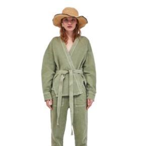 Fineste jakke / kimono fra Zara ✨ Kimonoen er oprindeligt armygrøn, men er blevet farvet sort 😌🖤