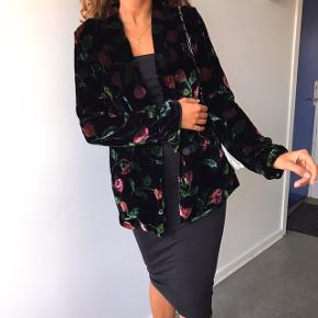 """Sælger denne smukke velour blazer med blomster fra Hofmann Copenhagen 💖💗 modellen hedder """"Kirsten Velvet Blazer """" 18% silke & 92% Viscose .  Den er på udsalg til 1300kr netop nu, kom bare med et bud 💗   HUSK der er gratis fragt idag og imorgen"""