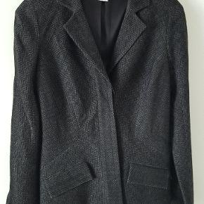 Flot jakke med silke foer og mange detaljer.