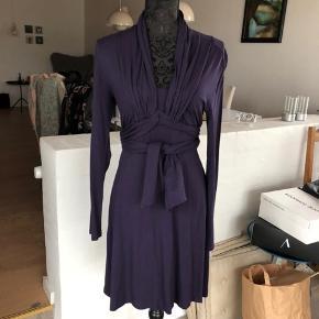 Flot Jersey kjole, med fine detaljer.  Brugt få gange. Skriv efter mål.   Nypris kr. 1400.-  Sender gerne, køber betaler forsendelse.    #30dayssellout