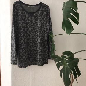 Sender pakker i dag, så send mig en besked hvis du er klar på en hurtig handel 🌸  Fin leopard bluse