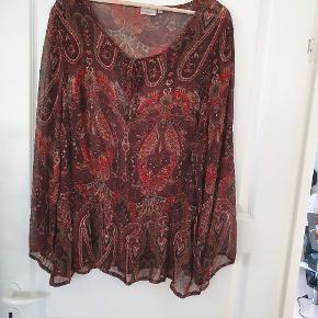 Fin skjorte/ tunika sælges Aldrig brugt men har nogle år på bagen 😊 Mål : Ca 82 cm lang og ca 2x 52 cm i bryst mål