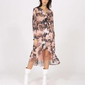 Varetype: Garden dress - wrap dress Farve: Nude - Ecru Oprindelig købspris: 3140 kr.  Smuk og fin mønsteret kjole Slåom effekten markeres af flæser. Kjolen har lange ærmer og et ensfarvet underskørt. Bytter ikke BYD
