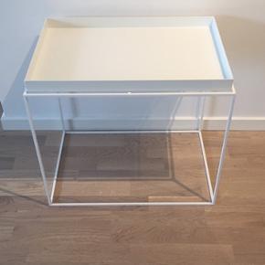 Hay bakkebord i hvid i 60x40 cm. Mangler en gummidut, men ellers i fin stand med få brugsspor 😊