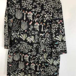 Varetype: Kjole Størrelse: 8år Farve: Brun Oprindelig købspris: 1499 kr.  Super flot kjole med lynlås i ryg Smuk støvet brun med fineste print Bytter ikke MobilePay ok Modtager betaler Porto