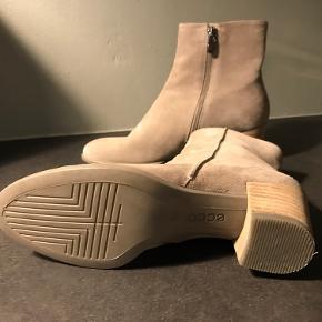 Flotte nye Ecco støvler i lyst ruskind sælges. Aldrig brugt. Kom med et realistisk bud🤗