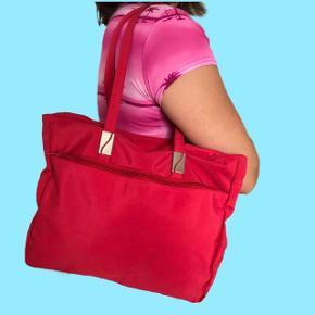 Rød skuldertaske med massere plads i En computer ville sagtens kunne være i tasken  Prisen er uden fragt Køber betaler fragten  Sender med DAO Bytter ikke  Mp: 100 kr.