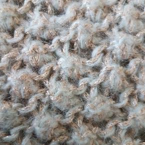 🐇 Lækreste ultrabløde kvalitet, mener det er alpaca / - blanding. Perfekt stand! Brugt få gange. Farven er lys svag mint grøn / ca som fotos, med guld i tråden