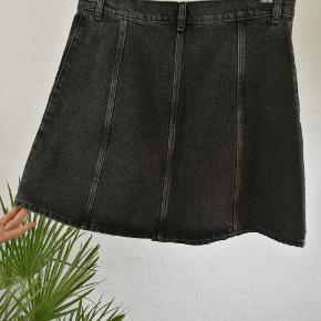 Fin denim nederdel i A facon med sølvfarvede knapper i front.  Brugt få gange, fremstår som ny.