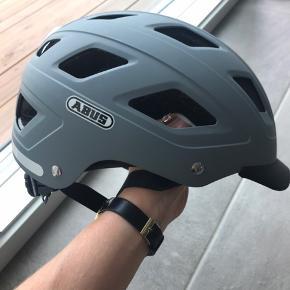Super fin cykelhjelm fra ABUS. Ikke brugt meget. Den har et lille hak i dem grå farve, men det ses kun hvis man ved det.