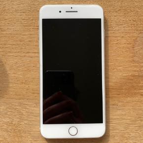Super velholdt iPhone 7 plus med 128 gb. Telefonen er brugt, men i rigtig fin stand! Har selvfølgelig lidt brugsridser, men er generelt super fin. Har altid haft cover på 📱🤍  Fast pris! 💘  Bemærk - afhentes ved Harald Jensens plads eller sendes med dao. Bytter ikke!   🌙 iPhone 7 plus 7plus telefon smartphone