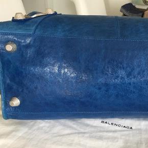 Varetype: Skuldertaske Størrelse: 45x30x16 Farve: electric blue  .  SMUKKESTE Balenciaga WORK taske i den smukkeste eftertragtede og sjældent udbudte farve ever; ELECTRIC BLUE med GIANT SILVER HARDWARE. MEGET STOR TASKE MED PLADS TIL DET HELE, PC BØGER TØJ ETC. Dustbag og spejl medfølger.  BYTTER IKKE, da jeg sparer til noget andet.