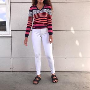 SÆLGER HELE SÆTTET 💗🌸  - fed langærmet multi farvet Tommy Hilfinger bluse  100kr Per del   - Stramme hvide jeans fra Only   BYD bare🌸💗