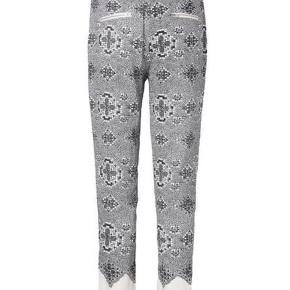 Skønne bukser med det fineste blonde print fra danske Hofmann Copenhagen. Ca. 78 cm i livvidde.  Varetype: Mollie højtaljede bukser blonde print sort hvid bomuld sommer Størrelse: 34 Farve: Sort hvid