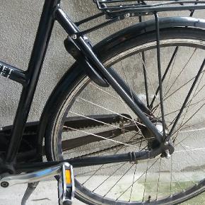 Sort Kildemoes Street dame cykel sælges. Har stået i kælder 2 1/2 år nu. Skal efterspændes og smøres vel. Men super god cykel. Er nok 8 år gammel. Lidt rust.  7 gear. Nye pedaler og ny krank.
