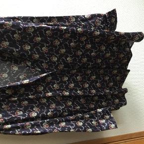 Varetype: Skjorte Farve: Se billede Prisen angivet er inklusiv forsendelse.  Lækker kimonoskjorte i 100% silke. Brystmål ca. 51 cm. 3/4 ærmer. Aldrig brugt.