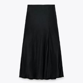 Fin nederdel med satinfinish fra Zara. Højtaljet med elastisk linning og slids foran ved sømkanten. Den er købt i Juli men grundet ferie har jeg ikke nået at returnere den, derfor sælges den her.  Den er spritny og derfor også i perfekt stand (stadig med tag). Den fåes i butikkerne lige nu til 199,- Mp: 100,-