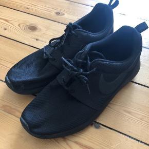 Brugt en gang på en gåtur.  Der er en plet ved storetåen på højre sko, som knap kan ses. Måske kan det vaskes af.