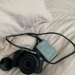 Canon Kamera helt i perfekt stand, købt for et par måneder siden, brugt få gange. Rigtig godt til at tage billeder af naturen og når man er ude og rejse, kan zoome med god kvalitet 50x mere end en iPhone. Nypris 2200kr