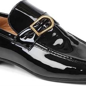 Fine sko i sort lak fra Isabel Marant. Skoene har kun været på et par gange, og bortset fra at lidt af lakken er slidt af den ene sko, fejler de intet. Bytter ej, så kom med et bud!  NB! Køber betaler porto samt gebyr ved eventuel ts-handel.