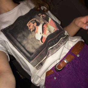 Vintage t-shirt købt i en genbrugsbutik i Amsterdam. Jeg kender ikke størrelsen, men jeg er en xs og den fitter oversize (som nok også kan ses på billedet)