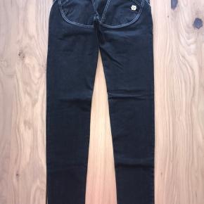 Mega lækre jeans med swarovski sten i sort og sølv.  Modellen er low waist i fuld længde.  Sælger ud da jeg har al al alt for mange freddy bukser til jeg får dem brugt 😊