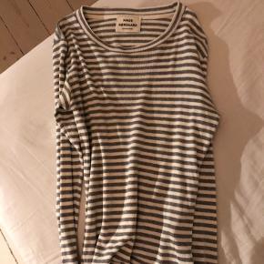 Klassisk langærmet trøje fra Mads N med hvide og grå striber.  100% bomuld